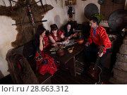 Цыгане беседуют за деревянным столом. Стоковое фото, фотограф Марина Володько / Фотобанк Лори