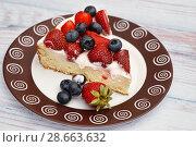 Купить «Кусочек бисквитного пирога со свежими ягодами», эксклюзивное фото № 28663632, снято 22 июня 2018 г. (c) Dmitry29 / Фотобанк Лори