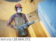 Купить «breaking interior wall. worker with demolition hammer», фото № 28664372, снято 9 декабря 2017 г. (c) Дмитрий Калиновский / Фотобанк Лори