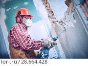 Купить «worker with demolition hammer breaking interior wall», фото № 28664428, снято 8 декабря 2017 г. (c) Дмитрий Калиновский / Фотобанк Лори
