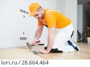 Купить «worker joining parquet floor.», фото № 28664464, снято 25 января 2018 г. (c) Дмитрий Калиновский / Фотобанк Лори