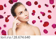 Купить «beautiful bare woman over rose petals background», фото № 28674640, снято 14 апреля 2016 г. (c) Syda Productions / Фотобанк Лори