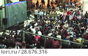 Купить «Fans watch the live broadcast of the Russia-Uruguay match in the mall Gallery», видеоролик № 28676316, снято 25 июня 2018 г. (c) Ирина Мойсеева / Фотобанк Лори