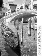 Gondola near The Rialto Bridge in Venice (2018 год). Стоковое фото, фотограф Роман Сигаев / Фотобанк Лори