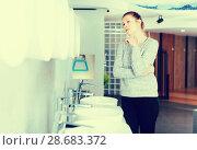 Купить «Positive woman customer choosing ceramic wash basin», фото № 28683372, снято 2 февраля 2018 г. (c) Яков Филимонов / Фотобанк Лори
