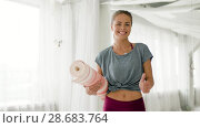 Купить «woman with mat at yoga studio showing thumbs up», видеоролик № 28683764, снято 28 июня 2018 г. (c) Syda Productions / Фотобанк Лори