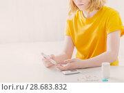 Купить «girl teenager measures blood sugar level», фото № 28683832, снято 3 июля 2018 г. (c) Майя Крученкова / Фотобанк Лори