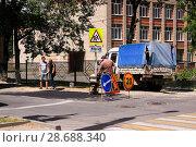 Купить «Аварийная бригада водоканала наводит порядок после устранения аварии Липецк», фото № 28688340, снято 5 июля 2018 г. (c) Евгений Будюкин / Фотобанк Лори