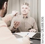 Купить «Mature man and agent occupational lease», фото № 28688936, снято 16 июля 2018 г. (c) Яков Филимонов / Фотобанк Лори