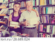 Купить «Old man with granddaughter are demonstrating their purchases», фото № 28689024, снято 28 июня 2017 г. (c) Яков Филимонов / Фотобанк Лори