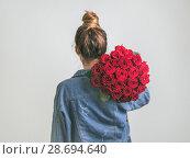 Купить «Back view of woman, holding bunch roses», фото № 28694640, снято 9 июня 2018 г. (c) Ольга Сергеева / Фотобанк Лори