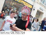 Купить «Мужчина в кокошнике на Никольской улице в Москве», эксклюзивное фото № 28703724, снято 7 июля 2018 г. (c) Дмитрий Неумоин / Фотобанк Лори