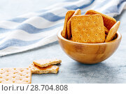 Crackers with bran in a wooden bowl. Стоковое фото, фотограф Марина Сапрунова / Фотобанк Лори