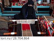 Купить «Арабская женщина из Катара ткет дома ковер», фото № 28704864, снято 8 июля 2018 г. (c) Николай Винокуров / Фотобанк Лори