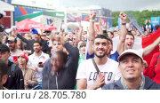 Купить «Multunational crowd of french jubilant fans, the match France- Uruguay, fan zone», видеоролик № 28705780, снято 6 июля 2018 г. (c) Ирина Мойсеева / Фотобанк Лори