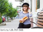Купить «Девушка с булками в современном городе», фото № 28707588, снято 9 июля 2018 г. (c) Момотюк Сергей / Фотобанк Лори