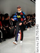 Купить «London Fashion Week Men's - Bobby Abley - Catwalk Featuring: Model Where: London, United Kingdom When: 06 Jan 2017 Credit: WENN.com», фото № 28710940, снято 6 января 2017 г. (c) age Fotostock / Фотобанк Лори
