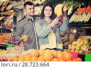 Купить «Couple are deciding on fruits», фото № 28723664, снято 18 марта 2017 г. (c) Яков Филимонов / Фотобанк Лори