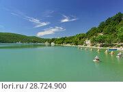 Купить «Озеро Абрау в солнечный летний день», фото № 28724900, снято 12 июня 2018 г. (c) Наталья Гармашева / Фотобанк Лори