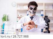 Купить «Scary monster doctor working in lab», фото № 28727988, снято 9 ноября 2017 г. (c) Elnur / Фотобанк Лори