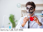 Купить «Scary monster doctor working in lab», фото № 28727996, снято 9 ноября 2017 г. (c) Elnur / Фотобанк Лори