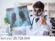 Купить «Scary monster doctor working in lab», фото № 28728004, снято 9 ноября 2017 г. (c) Elnur / Фотобанк Лори