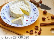 Купить «Мягкий сыр с плесенью», фото № 28730320, снято 9 июля 2018 г. (c) Natalya Sidorova / Фотобанк Лори