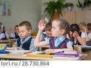 Купить «Первоклассница поднимает руку», фото № 28730864, снято 21 мая 2018 г. (c) Иван Карпов / Фотобанк Лори