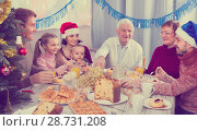 Купить «Family members are engaging in dialog», фото № 28731208, снято 16 августа 2018 г. (c) Яков Филимонов / Фотобанк Лори