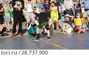 Купить «Соревнования по брейк данс. Уличные танцоры», видеоролик № 28737900, снято 30 июня 2018 г. (c) Евгений Ткачёв / Фотобанк Лори