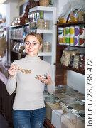 Купить «Woman picking cereals in organic store», фото № 28738472, снято 19 апреля 2019 г. (c) Яков Филимонов / Фотобанк Лори