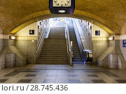 Купить «Berlin, Germany. Train Station Stairs and Escalator from the main hall towards the platform.», фото № 28745436, снято 31 мая 2018 г. (c) age Fotostock / Фотобанк Лори