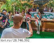 Купить «Москва, туристы делают фотографии на память в центре ГУМа у фонтана во время Чемпионата мира по футболу», эксклюзивное фото № 28746392, снято 15 июня 2018 г. (c) Виктор Тараканов / Фотобанк Лори