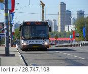 Купить «Автобус № 542 на рейсе. Тушинская площадь. Район Покровское-Стрешнево. Город Москва», эксклюзивное фото № 28747108, снято 6 мая 2015 г. (c) lana1501 / Фотобанк Лори