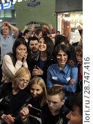 Купить «Молодёжь смотрят футбольный мачт Россия-Хорватия на Никольской улице через мобильный телефон, город Москва», эксклюзивное фото № 28747416, снято 7 июля 2018 г. (c) Дмитрий Неумоин / Фотобанк Лори
