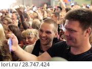 Купить «Москва, люди на Никольской улице смотрят футбольный матч Россия-Хорватия», эксклюзивное фото № 28747424, снято 7 июля 2018 г. (c) Дмитрий Неумоин / Фотобанк Лори