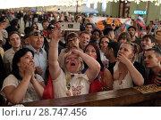 Купить «Разочарованная толпа людей российской сборной смотрят мачт на мобильном телефоне Россия-Хорватия на Никольской улице, город Москва», эксклюзивное фото № 28747456, снято 7 июля 2018 г. (c) Дмитрий Неумоин / Фотобанк Лори