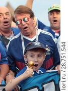 Купить «Мальчик француз с миниатюрным футбольным кубком на Красной площади в преддверии финального матча Франция-Хорватия», эксклюзивное фото № 28751544, снято 14 июля 2018 г. (c) Дмитрий Неумоин / Фотобанк Лори