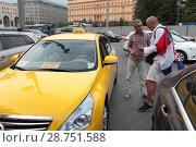 Купить «Москва, хорваты в центре Москвы разговаривают с таксистом», эксклюзивное фото № 28751588, снято 14 июля 2018 г. (c) Дмитрий Неумоин / Фотобанк Лори