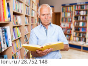 Купить «Focused elderly man looking for information in books in bookstore», фото № 28752148, снято 11 июня 2018 г. (c) Яков Филимонов / Фотобанк Лори