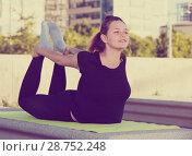Купить «Girl doing workout outdoors», фото № 28752248, снято 5 июля 2017 г. (c) Яков Филимонов / Фотобанк Лори