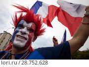 Купить «Болельщик национальной футбольной сборной Франции несет флаг Франции около стадиона Лужники перед началом финального матча Чемпионата мира по футболу FIFA 2018 в городе Москве между командами Франции и Хорватии, Россия», фото № 28752628, снято 15 июля 2018 г. (c) Николай Винокуров / Фотобанк Лори