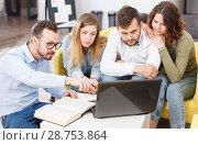 Young travelers with laptop. Стоковое фото, фотограф Яков Филимонов / Фотобанк Лори