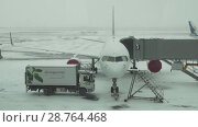 Купить «Service of the aircraft preparation for flight at a snowy aerodrome of Astana International Airport stock footage video», видеоролик № 28764468, снято 30 марта 2018 г. (c) Юлия Машкова / Фотобанк Лори