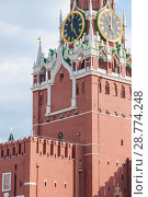 Купить «Фрагмент Спасской башни Московского Кремля. Кремлевские куранты», фото № 28774248, снято 29 июня 2018 г. (c) Алёшина Оксана / Фотобанк Лори