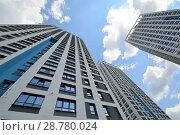 Купить «Фасад новых жилых многоэтажных домов на фоне неба», фото № 28780024, снято 23 июля 2019 г. (c) Сергеев Валерий / Фотобанк Лори