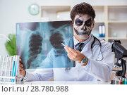 Купить «Scary monster doctor working in lab», фото № 28780988, снято 9 ноября 2017 г. (c) Elnur / Фотобанк Лори