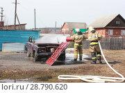 Пожарные тушат машину. Стоковое фото, фотограф Дарья Плеханова / Фотобанк Лори