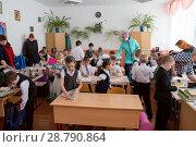 Купить «Первоклассники собираются домой в школьном кабинете вместе с родителями», фото № 28790864, снято 22 марта 2018 г. (c) Светлана Попова / Фотобанк Лори