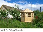 Купить «Новая деревянная беседка около дома», фото № 28790932, снято 4 июля 2018 г. (c) Елена Коромыслова / Фотобанк Лори